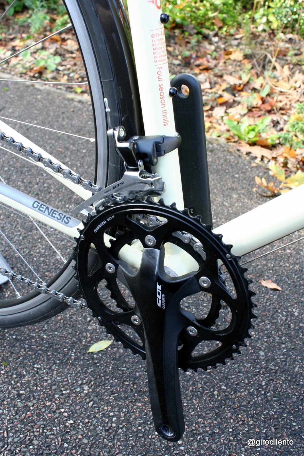 Shimano 105 in black goes very well with the colours of the bike